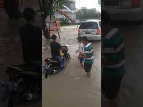 Video: Raup Keuntungan dari Banjir
