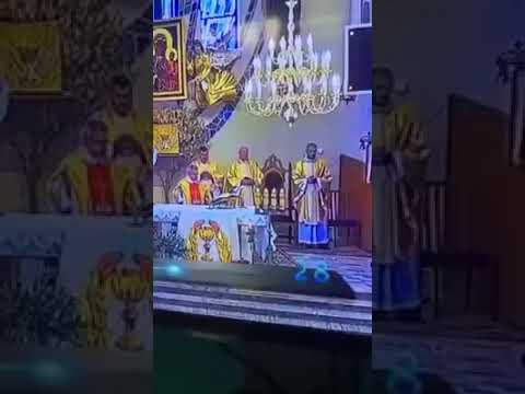 Ksiądz na podwójnym gazie prowadzi msze!