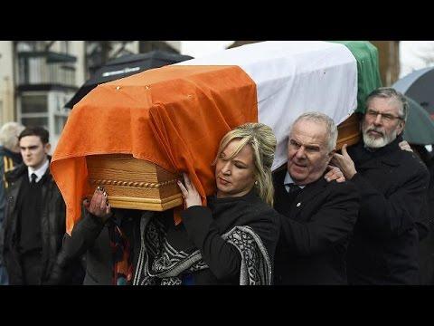 Εκατοντάδες άνθρωποι τιμούν τη μνήμη του ΜακΓκίνες στους δρόμους του Ντέρι