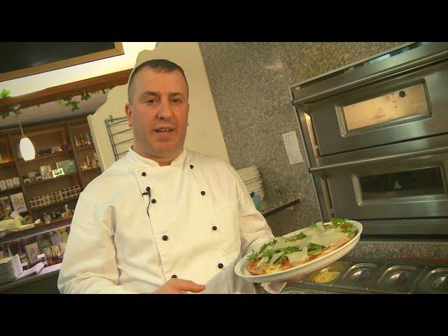 """Pizza """"Bernini"""" mit Käse, Buffalo Mozzarella, Scampis, Champignons"""