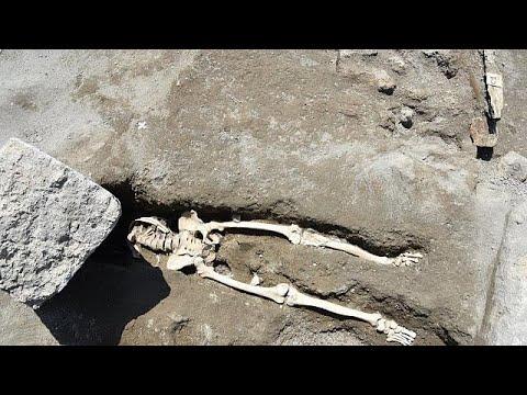 Πομπηία: Ανακάλυψαν σκελετό άνδρα που καταπλακώθηκε από βράχο ενώ έτρεχε …