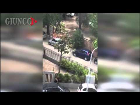 Botte, colpi e urla: rissa in centro tra le auto che passano