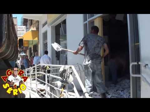 Agência bancária fica destruída após explosão em São Lourenço da Serra