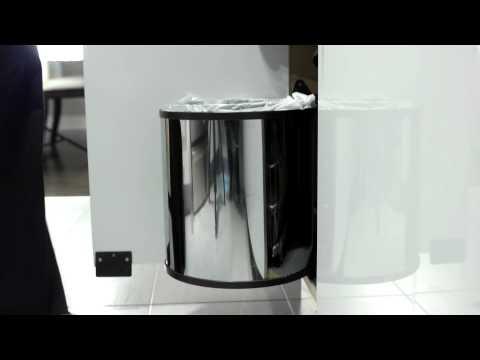 Poubelle de métal  avec ouvre-porte automatique