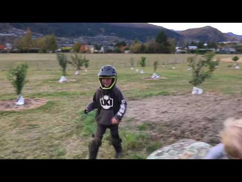 Hurjapäinen 8-vuotias harjoittelee takaperin volttia pyörällä