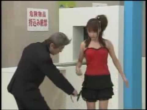 海關人員看到漂亮的女生,竟然搜身大吃豆腐!?