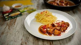 Corte a malagueta em rodelas e elimine as sementes se gostar do molho menos picante