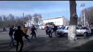 Массовое драка фанатов футбольных клубов Актобе и Акжайык