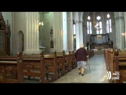 VIDEO PATRIMOINE: Entretenir le monument aux morts de l'église de Machecoul