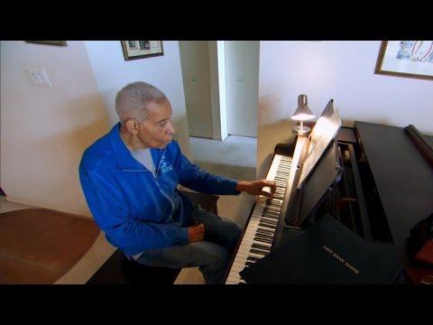 男子的手「被父親打成殘廢」只好放棄成為鋼琴家的夢想,但70年後鄰居卻聽到琴聲傳出…才知道驚人真相!