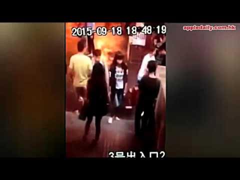 情侶在大街上起爭執,女友爆氣直接「撕開衣服」全裸對嗆!