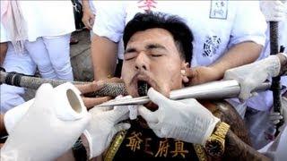 Milhares de pessoas participam na Tailândia de um festival que mistura devoção religiosa e sessões de tortura. O evento que acontece na ilha de Phuket, no su...