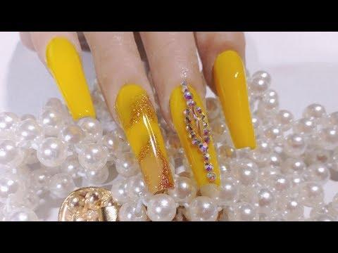 uñas acrilicas super primaverales en amarillo pollito