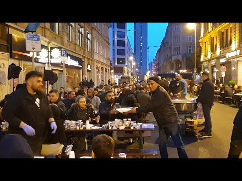 موائد إفطار رمضانية تجمع جنسيات وديانات مختلفة في واحد من أهم شوارع فرانكفورت