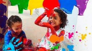 Julia  Ladybug e João pintrando casa de papelão brincadeira totoykids