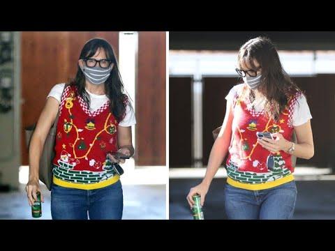 Just How Cute Is Jennifer Garner In Her Festive Christmas Vest?!