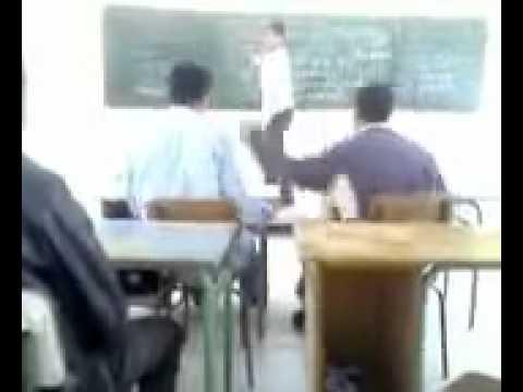 白目學生上課一直玩~被老師看到好幾次了還繼續!下場就是被老師打飛了!