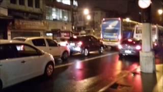 Os ônibus e os carros não saiam do lugar, em face do caos provocado pelo temporal ocorrido no centro de Santos, em 17/03/2017, no final do expediente, por volta das 19:00 horas.