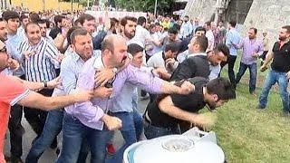 """Çinli sanıp Koreli turist grubuna tepki gösterdilerÜlkü Ocakları İstanbul İl Başkanlığı tarafından Doğu Türkistan'daki Müslümanlara destek olmak için yürüyüş gerçekleştirdi. Beyazıt Meydanı'nda başlayan yürüyüş Sultanahmet Meydanı'nda son buldu. Burada basın açıklaması yapıldığı sırada ayrılan bir grup Topkapı Sarayı'na doğru koştu. İddiaya göre gruptakiler, Çinli zannettikleri Koreli turist grubuna tepki gösterdi.. Saray önünde bekleyen çevik kuvvet ekipleri araya girerek etten duvar ördü. Koreli turistler hemen olay yerinden uzaklaştırıldı. Bu sırada polisle grup arasında arbede yaşandı. Gruptakilerden bazıları araya girerek arbedeyi önlemeye çalıştıysa da başarılı olamadı. Bunun üzerine polis gaz kullandı. Müdahale sonrası polis grup olay yerinden uzaklaştırıldı. Tepki gören bir Koreli turist, İngilizce """"Ben Çinli değil Koreliyim"""" diyerek gülümsediği görüldü."""