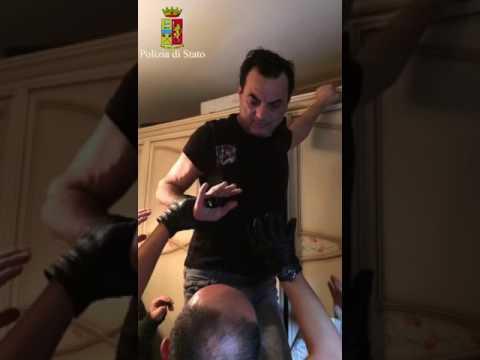 一直被通緝的「義大利黑手黨老大」逃了5年終於被警方發現,原來他一直神奇地住在「衣櫃裡面」!