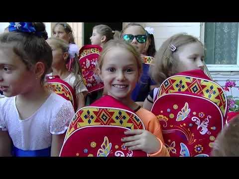 Игорь Додон раздал более 100 ранцев со школьными принадлежностями детям из города Криуляны