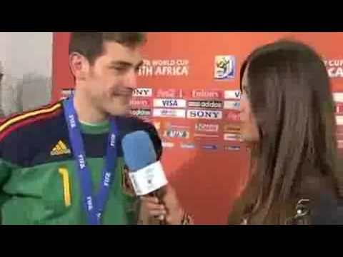 Iker Casillas kisses Sara Carbonero - Iker Casillas besa a Sara Carbonero