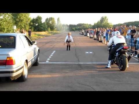 Gara di accelerazione da ridere: auto vs moto