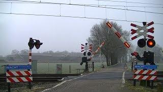 Locatie: Oude DalfserwegTraject: Zwolle - Coevorden/EmmenSoort: AHOBRode lichten: 8Bellen: 2Bomen: 2Andreaskruisen: 2Passeren:- GTW-E als SN Emmen → ZwolleVideo is gemaakt op 05-03-16