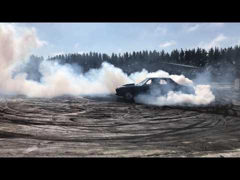 Taupo burnouts April - Blue HQ sedan breaks something (видео)