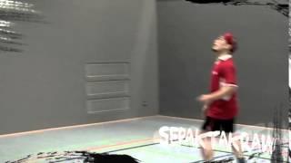 Die schnellste Ballsportart der Welt lebt von ihrer Akrobatik und einer faszinierenden Dynamik. Sepaktakraw wird auf einem Badminton-Feld mit einem aus Kunststoff oder Rattan geflochtenen Ball gespielt und ist im ostasiatischen Raum Profisport.Jeweils zwei Mannschaften zu je drei TeilnehmerInnen spielen sich den Ball mit allen Körperteilen nach ähnlichen Regeln wie beim Volleyball zu. Der elementare Unterschied: Die Hände dürfen nur bei der Angabe benutzt werden. Ballgefühl, Sprungstärke und vor allem Beweglichkeit sind Eigenschaften, die beim Sepaktakraw geschult werden. Mehrmals schon war das Hochschulsportteam bei den Weltmeiterschaften in Thailand vertreten. Probiert das exotische Spiel aus!