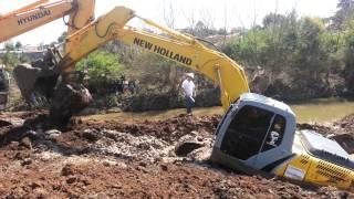 Escavadeira newholland 175 atolada