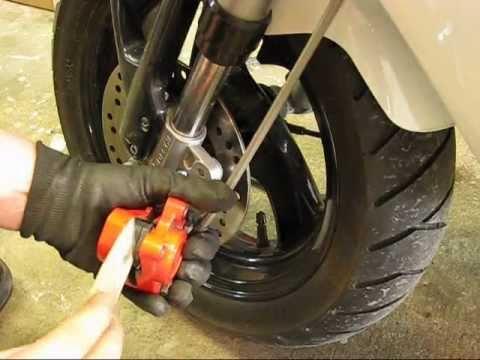 Hassse - Gå in på http://www.twostroke.se/ klicka dig fram till din moppe och dina bromsklossar men mät innan du beställer scootertillverkarna ändrar ofta modell på b...