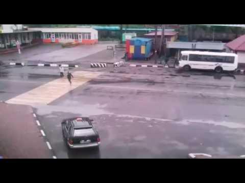 """Водитель белого """"Мерседеса"""" на пешеходном переходе в Невельске сбил девушку"""