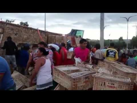 Caminhão carregado de galinhas tomba em barra do Corda