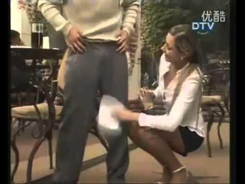 性感美女服務生幫你擦褲褲,你妳給不給擦?