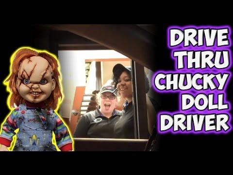 La broma del muñeco de terror al volante
