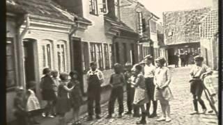 Ove Sprogøe speaker filmklip fra det gamle Odense om tilblivelsen af Thomas B. Thriges Gade. Fra Odense filmkrønike af Hans...