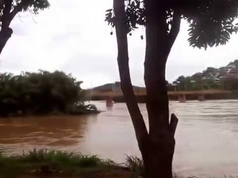 Rio Pomba  com  risco de enchente fica assim