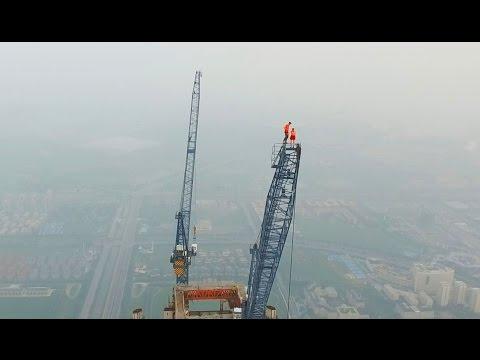 Экстремалы из России устроили свидание на вершине самой высокой стройки мира