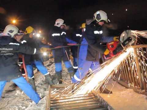 Появилось видео с места падения иномарки с моста