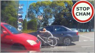 Dzieciak wpada pomiędzy dwa samochody