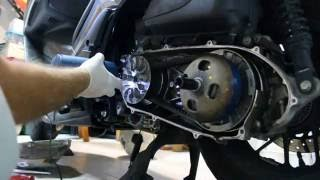 10. How to change the DRIVE BELT of Honda Forza 300, Como cambiar la correa en scooter