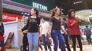 kau lupa janji-redeem buskers cover jamal Abdillah,diringi penari dari indonesia