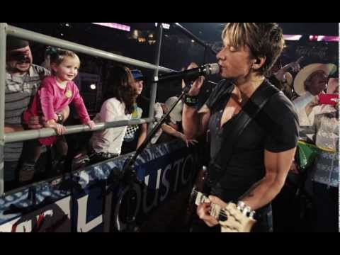 Keith Urban Plants One on Adorable Girl While Singing 'Kiss a Girl'