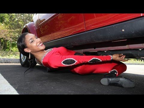 這個正妹從「車底」跳舞跳到另一邊,柔軟度太讚了....