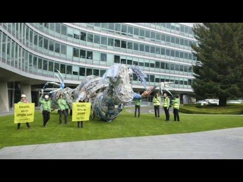 Οικολόγοι ακτιβιστές κατά της Nestle για τα πλαστικά μιας χρήσης…