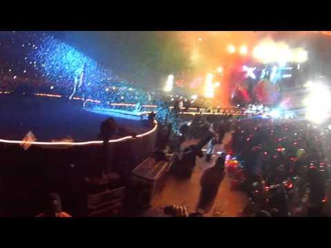شاهد سقوط كريس مارتن عضو Coldplay على المسرح