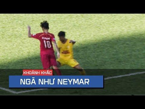 """Tình huống đi bóng và """"ngã như Neymar"""" trong vòng cấm không qua mắt được trọng tài tại Cúp QG - Thời lượng: 69 giây."""