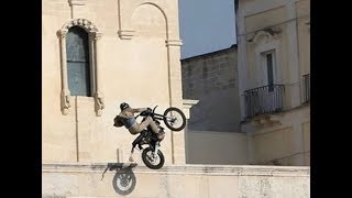 James Bond - No Time To Die: Bike jump onto square, Matera, Italy (new version)