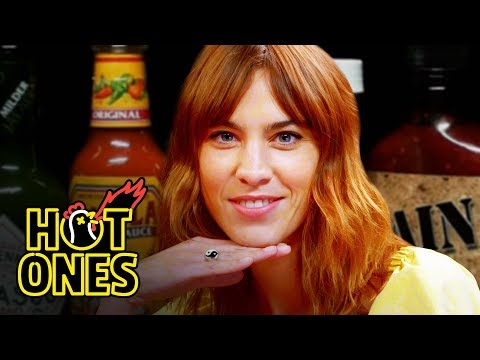 Alexa Chung Fears for Her Life While Eating Spicy Wings | Hot Ones видео